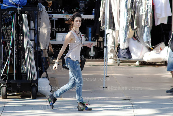 //73e915w7tgfi6wemmlqelfbt1r.hop.clickbank.net/?tid=2P8NBB3Y Emmy Rossum during the set of YOU'RE NOT YOU,co-Star Josh Duhamel,Hilary Swank,Stephanie Beatriz in Los Angeles,California
