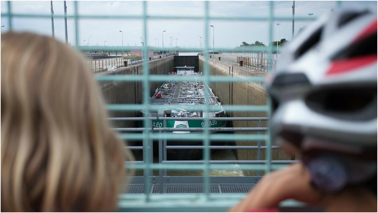 Les écluses de Strasbourg, passage d'une barge