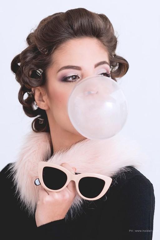 Modèle avec une bulle de chewing-gum en studio photo