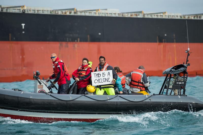 30 aniversario hundimiento Rainbow Warrior. Activistas protestan con diversas pancartas sobre los efectos del cambio climático