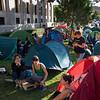 Cientos de activistas han improvisado una acampada frente al Ministerio para la Transición Ecológica para pedir acción frente a la emergencia climática