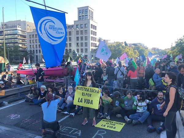 Cientos de activistas ocupan el puente de Nuevos Ministerios para pedir acción frente a la emergencia climática