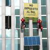 Escaladores de Greenpeace colocan placas solares en instalaciones del Ministerio de Energía para denunciar el desprecio del Gobierno a las renovables