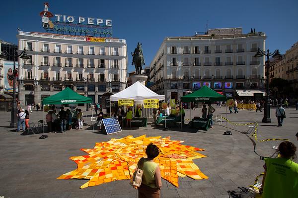 Las Abuelas Tejedoras tejen un sol de 5,2 metros de diámetro y miles de pequeños soles