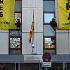 Escaladores de Greenpeace despliegan dos pancartas en el Consejo de Seguridad Nuclear