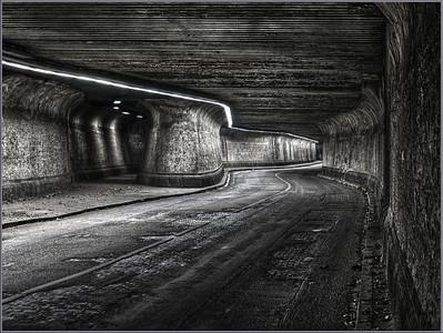 Matena-Tunnel - Baujahr 1911  Verläuft unter dem Stahlwerk Thyssen-Krupp in Duisburg Bruckhausen  Nachdem der Ortsteil Bruckhausen Anfang des neunzehnten Jahrhunderts sukzessive durch die Montanindustrie belegt wurde, störte die zum Ortsteil Alsum führende Matenastraße die Entwicklung und wurde kurzerhand überdacht.