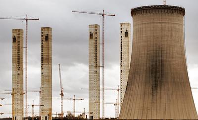 Braunkohlekraftrwerk Neurath II - 2008  Kühltürme und Treppenhäuser der beiden Kesselhäuser fast fertig