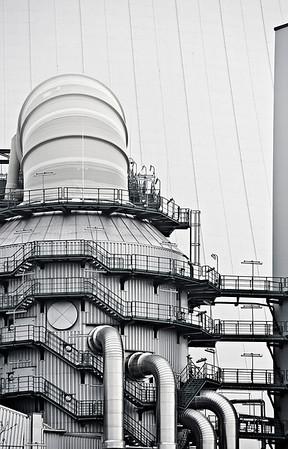 GIPSMACHER  Rauchgasentschwefelung Kraftwerk Walsum - Block 10.  Im Kraftwerk wird Steinkohle verbrannt. Steinkohle enthält Schwefel. Bei der Verbrennung wird dieser oxidiert und es entsteht das Gas Schwefeldioxid. Wird dieser aus der Athmospäre ausgewaschen entsteht Saurer Regen. Deshalb müssen Kraftwerke seit ca. 20 Jahren in Deutschland mit Rauchgasentschwefelungsanlagen ausgerüstet werden. Dabe wird das aufsteigende Rauchgas mit Kalkwasser abgeduscht. Aus dem Schwefeldioxid wird so Gips. Das gereinigte Rauchgas wird dem Luftstrom des Kühlturmes zugeführt.