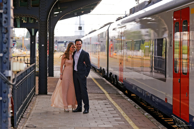 Session d'engagement, Catherine & Maxime. Fin mai 2014, dans la campagne entre Charleroi et Namur et ensuite à la gare de Schaerbeek. Superbe journée !