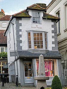 Crooked House, Windsor