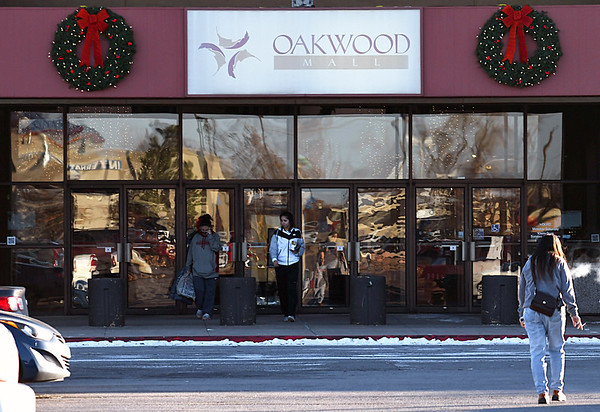 Shoppers at Oakwood Mall Monday December 19, 2016. (Billy Hefton / Enid News & Eagle)