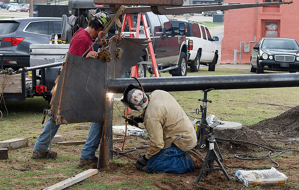 """Contractors work on installing the art project """"Lazy Circles in the Sky"""" on the northeast corner of Garriott and Independence Thursday, September 12, 2019. (Billy Hefton / enid News & Eagle)"""