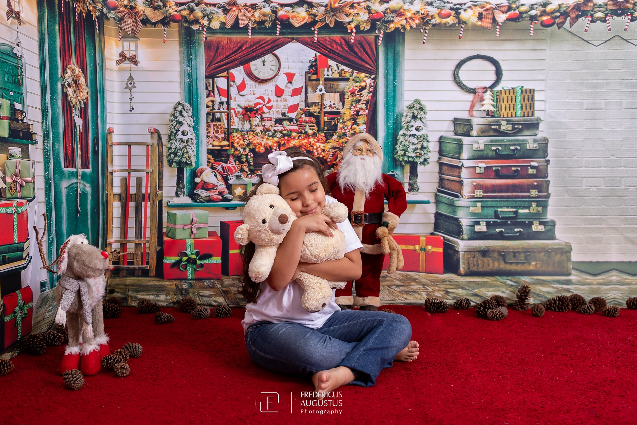 Ensaio fotografico de Natal da minha fofa Ana Luísa, com cenário em 3D, com um abraço bem apertado no urso de pelúcia