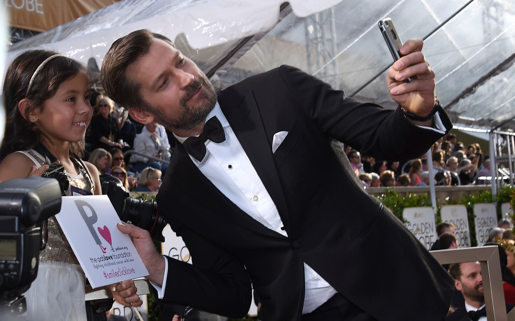 . Nikolaj Coster-Waldau takes a selfie with a fan as he arrives at the 74th annual Golden Globe Awards at the Beverly Hilton Hotel on Sunday, Jan. 8, 2017, in Beverly Hills, Calif. (Photo by Jordan Strauss/Invision/AP)
