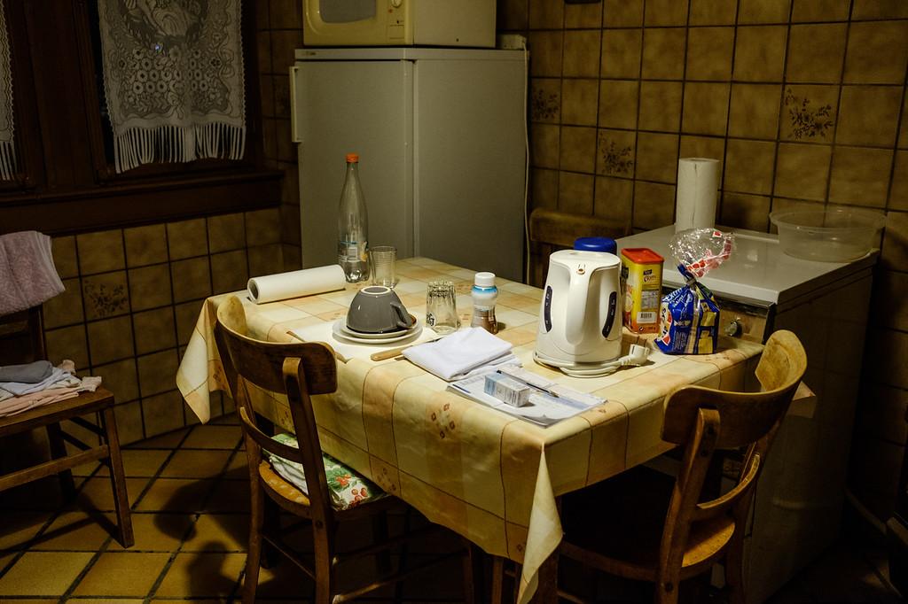 La table du petit-déjeuner est faite. Lors de la tournée du soir, l'auxiliaire présente prépare la table du petit-déjeuner pour passer le relai à celle du matin.