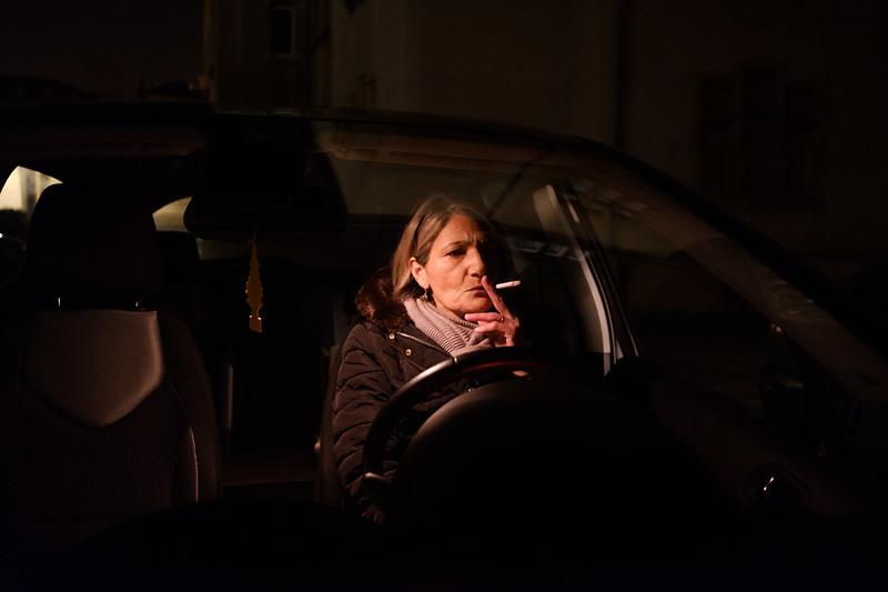 Sur le parking au pied de l'immeuble où habite Mme Romaldini. Il est 6h40, Béatrice se relaxe avant de monter voir sa centenaire adorée.