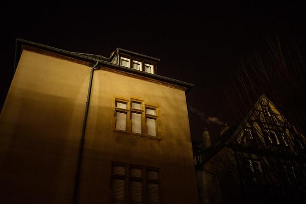 Mme Romaldini vit dans ce bâtiment au centre de Metz. Dehors il fait froid, les volets sont fermés, Mme Romaldini termine sa nuit de sommeil.