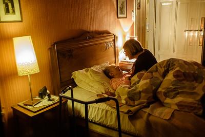 """C'est le temps du réveil. Béatrice réveille délicatement Mme Romaldi. """"bien dormi? """" Des échanges tendres vont l'accompagner pour la sortie du lit. Il est 7h"""