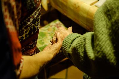 Tout doucement, Béatrice accompagne Mme Romaldini dans la cuisine pour le petit-déjeuner. Les gestes sont précis, toujours avec bienveillance et en discutant. Car au-delà des gestes, la présence humaine et l'échange sont aussi importants.