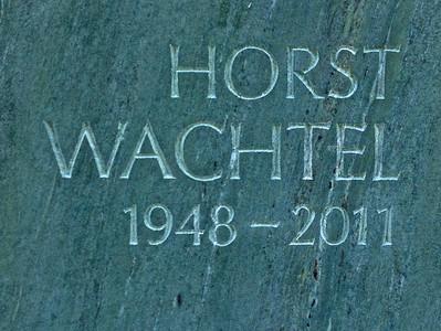 Inschrift vertieft und ungetönt in Mara Olive