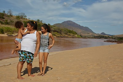 Monique Rodrigues and her daughters Kailane, 11, and Kaline, 3, near the Rio Doce in the town of Baixo Guandu, in the southereastern Brazilian state of Espirito Santo, Dec. 4, 2015.  Toxic sludge from a broken mining company dam hundreds of kilometers upriver has virtually killed the river and the livelyhood of communities all along it. Even if there were any fish left in the river, human consumption is not recommended, leaving fisher people without a source of food and income.  Ninteen deaths have been confirmed and several people are still missing. It is considered the worst ecological disaster ever in Brazil. (Australfoto/Douglas Engle)