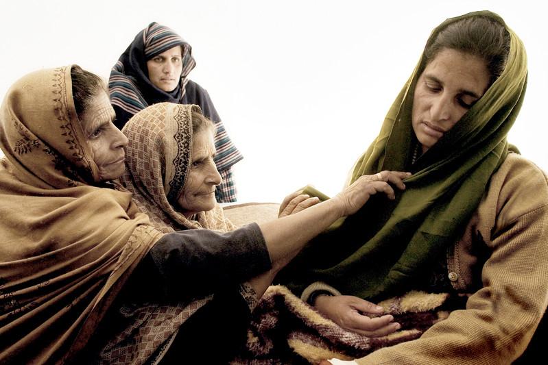 1:8 Dec 2005 Jordskælv i Pakistan.  Skolelærer, Nuzhat Shahin i dyb depression. Under jordskælvet blev hun reddet af ruinerne i skolen. Røde Kors anslog at 60 børn døde da skolen stryrtede sammen. I byen Patika i Kashmir.  Depressionen kom snigende og hun er nu ude af stand til at spise normal og tale. Hun er her omgivet af nærmeste familie i et hvidt Røde Kors telt og blev senere på dagen transporteret til Muzzaffrabad hvor bedre læge hjælp kunne tilbydes.
