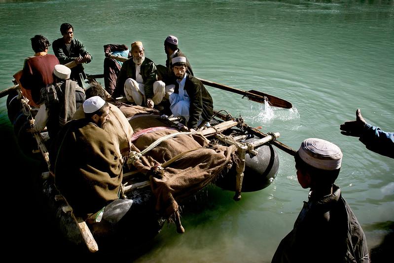 5:8 Dec 2005 Jordskælv i Pakistan En død mand bliver sejlet over Indusfloden tæt på Maira Lejren i det nordlige Pakistan, Allia dalen. Den ældre mand døde en naturlig død i Maira Lejren.