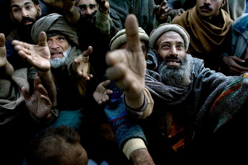 2:8 12 dec 2005 Jordskælv i Pakistan.  Tæppeuddeling ved Byen Budall i provisen Batagram i det Nordlige Pakistan. . På grund af de kolde nætter og den kommende vinter er der kamp om tæpperne.