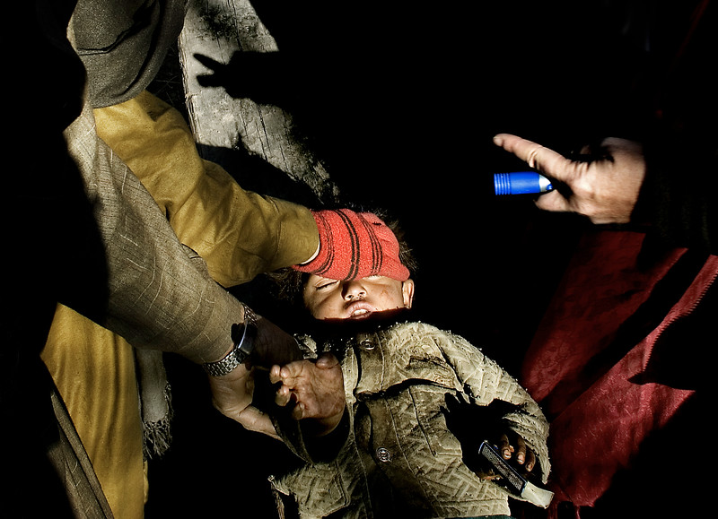 4:8 15 dec 2005 Jordskælv i Pakistan Et barn i byen Paca Biakh i 2169 meters højde i Allai dalen bliver målt og vejet. Små grupper af bjergbestigere og læger bliver sendt dybt ind i bjergpassene, for at lokalisere og bedømme helbredstilstanden i landsbyerne og udpege mulige landingszoner for helikoptere.