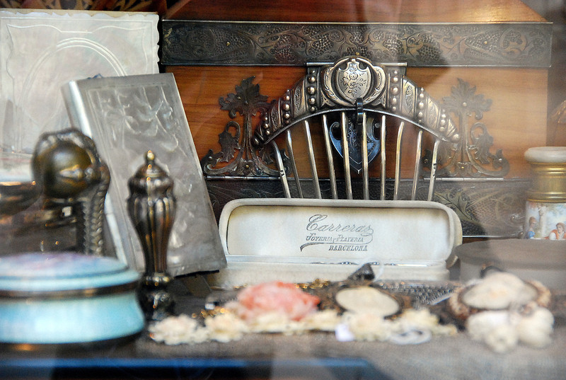 Vintage hair comb and jewelry box, Barcelona, 2011.