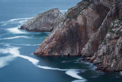 Il s'agit de la falaise qui forme le cirque de la Playa del silencio. Un endroit que je qualifierai de tout simplement magnifique !