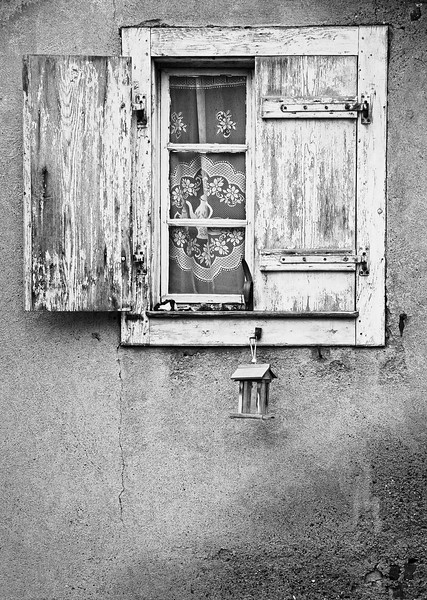 Verslite vindauge i Alsace.<br /> Weather-beaten window in Alsace.