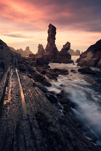 Farbige Abendstimmung an der Küste bei Santander mit Felsnadeln und Meeresbrandung, Kantabrien, Spanien