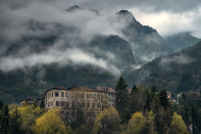 Verlassene Schule in den italienischen Alpen