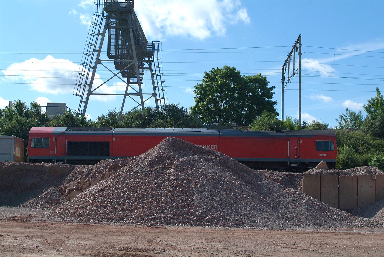 After a day off yesterday , Friday , the stone ran today ,20.5.2017 as a Saturday Special. Running early so that unloading could be finished an hour earlier than during the week, all activity in the yard had ceased just before 9.00hrs. so I was able to get a bit closer to the action, everybody having gone home. 59205 ,my last DBS 59 for a picture ,waits time at Chelmsford Rec, 09.29hrs.