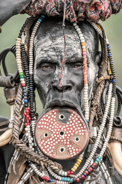 The face of a Mursi woman