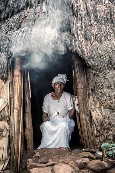 Dorze woman weaving