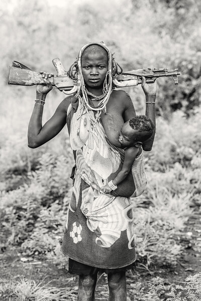 A Mursi's mothers work