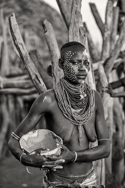 Kara woman with calabash, Dus