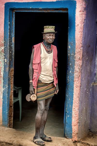 Hamar man in Turmi doorway