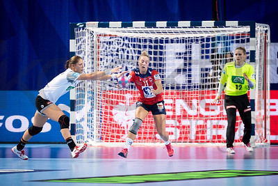 Malin Aune (11) and Dinah Eckerle (12) - Women's EHF EURO 2018, preliminary round game -  Group D - Norway - Germany in Brest Arena, Brest, France, 01.12.2018. Mandatory Credit ©  Nebojsa Tejic