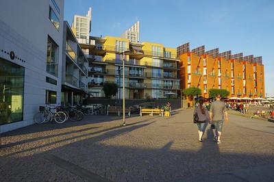 Après avoir atterri à Copenhague, nous traversons le pont pour nous retrouver à Malmö. Nous découvrons la plage en soirée, puis le lendemain matin, le centre-ville.