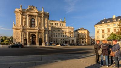 Burgtheater vom Josef-Meinrad-Platz aus