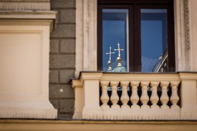 Spiegelbild der Spitze der Katholischen Kirche St. Peter, 1. Wiener Gemeindebezirk Innere Stadt