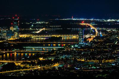 Donau, Zwischenbrücke, Donauinsel bei Nacht vom Kahlenberg aus