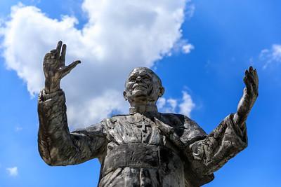 Statue von Papst Johannes Paul II. vor der Basilique Notre-Dame, Lyon