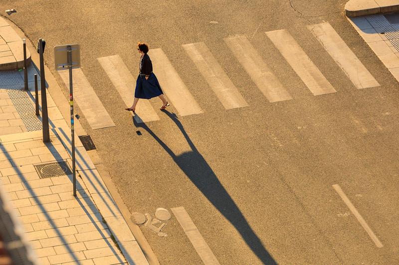 Fußgängerin im Gegenlicht, Lyon