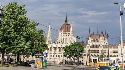 Parlament vom Batthyány tér aus