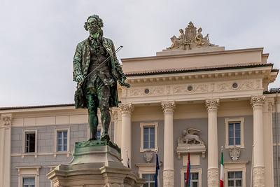 Spaziergang in Piran: Das Denkmal des Geigenvirtuosen Guiseppe Tartini vor dem Rathaus