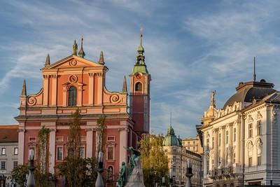 Spaziergang in Ljubliana: Die Gebäude um den Preseren-Platz bei der Abenddämmerung